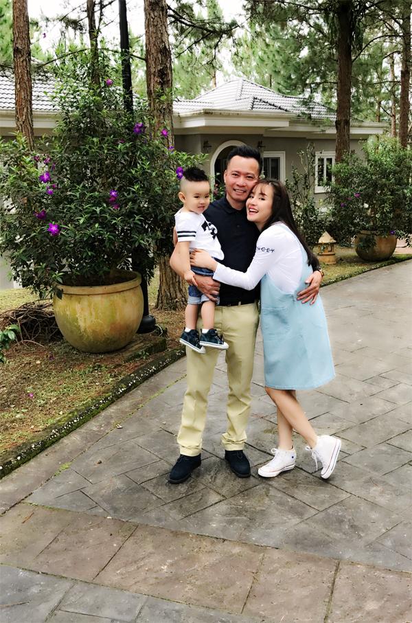 Vy Oanh hạnh phúc bên chồng - doanh nhân Lê Thiện - và con trai có nickname bé Voi.