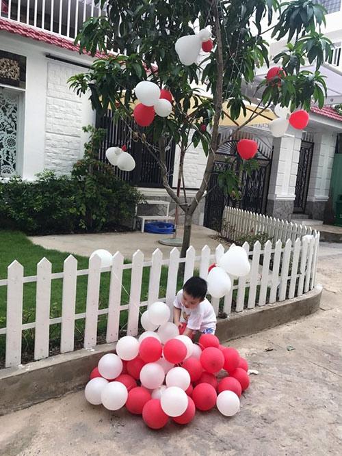 Căn biệt thự có màu trắng sang trọng, hàng rào cũng được sơn trắng và có thảm cỏ xanh trước nhà. Chỉ cần nhìn bên ngoài cũng biết được nội thất bên trong xa hoa và hiện đại thế nào.