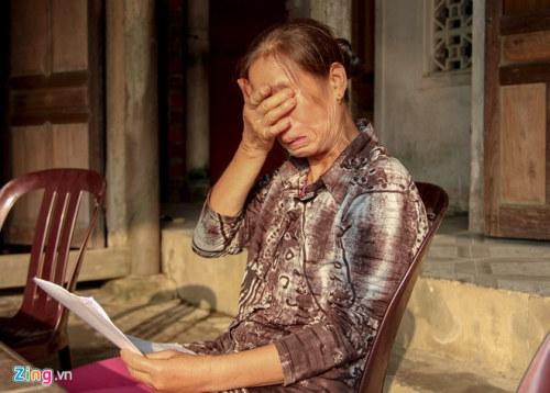 Cô Trương Thị Lan khóc nghẹn khi nhận 1,3 triệu đồng/tháng khi về nghỉ hưu. Ảnh: Phạm Trường.