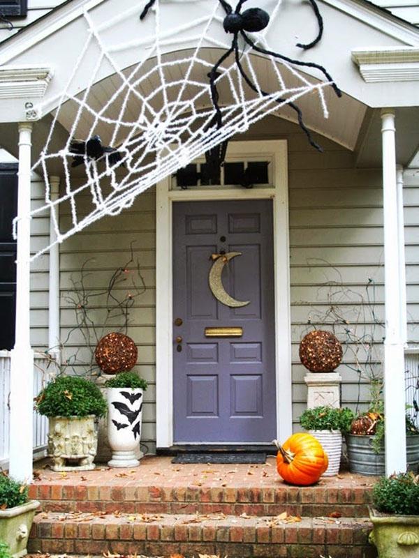 Hoặc treo thêm mạng nhện giả bằng vải ở ngoài, nếu không thể tự làm, bạn có thể mua sẵn tại các cửa hàng bán đồ trang trí.