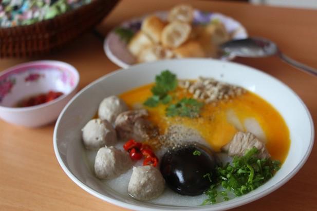 Một trong những món được thực khách chọn nhiều nhất là cháo sườn bò viên ăn kèm trứng gà, trứng bắc thảo. Tô cháo kích thích vị giác nhờ miếng bò dai ngọt, sườn non đầy đặn mềm thơm cho đến trứng bắc thảo béo bùi.