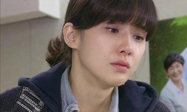 Linh khóc rất nhiều nhưng cam lòng vì cô không muốn mọi chuyện thành to tát. Lần đó, vì nhà Linh có dịp, bố mẹ Linh cũng mời ông bà thông gia về nhà chơi. (Ảnh minh họa)