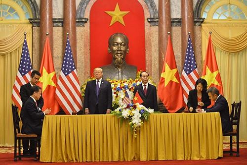 Lễ ký kết dưới sự chứng kiến của Chủ tịch nước Trần Đại Quang và Tổng thống Hoa kỳ Donald Trump trong khuôn khổ chuyến thăm cấp Nhà nước của Tổng thống Hoa Kỳ tới Việt Nam vào sáng nay (12/11).