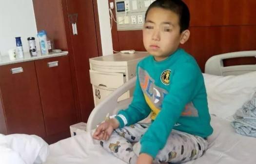 Tiểu Minh bị chẩn đoán mất thị lực mắt bên phải, đến giờ vẫn chưa hồi phục.