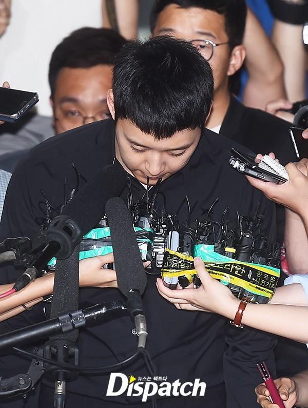 Chưa cần biết phán quyết như thế nào, hình ảnh Park Yoo Chun xin lỗi kèm theo cái cúi đầu tràn ngập trên mặt báo.