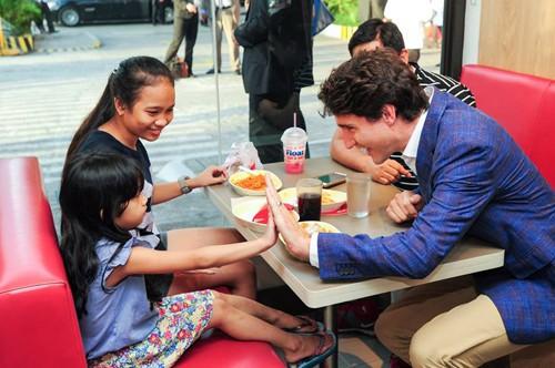 Thủ tướng Canada giao lưu với khách trong cửa hàng. Ảnh: Facebook.
