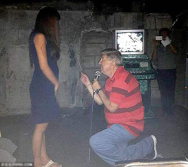 Ông cầu hôn người vợ thứ chín vào đêm giao thừa năm 2015.