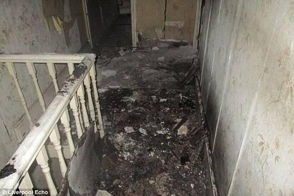 Thế nhưng, những hình ảnh bên trong căn nhà thực sự chỉ có thể miêu tả bằng những từ ngữ như thảm hại hay tồi tàn