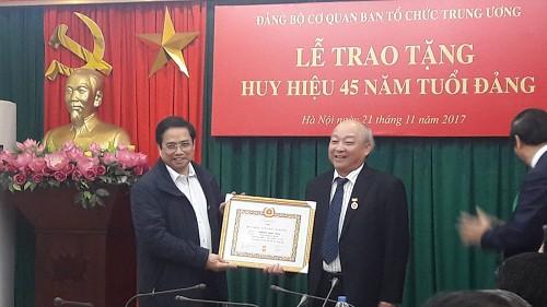 Ông Phạm Minh Chính trao tặng Huy hiệu 45 năm tuổi Đảng cho ông Nguyễn Quốc Triệu