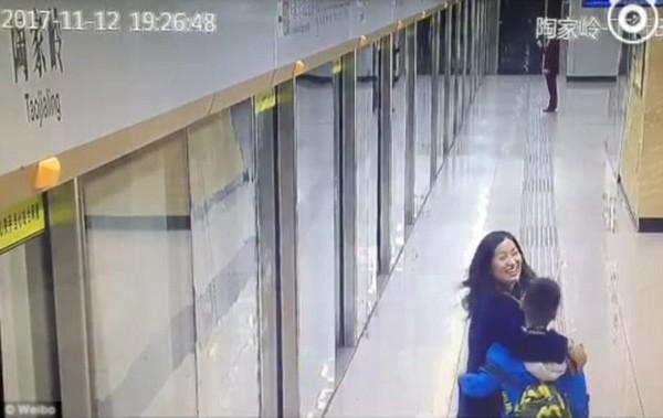 Người mẹ ôm chầm lấy con trai trong niềm hạnh phúc.