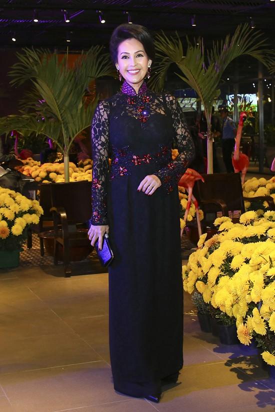 Mỹ nhân ảnh lịch Diễm My cũng chọn áo dài ren quý phái. Trong khi những người đẹp cùng thời rút lui khỏi ánh đèn sân khấu thì chị vẫn tích cực đóng phim.