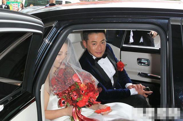 Tài tử Bao Thanh Thiên và Vanessa hẹn hò 7 năm. Họ đăng ký kết hôn vào tháng 11/2016. Tuy nhiên, vì nhiều lý do hai người trì hoãn lễ cưới đến tháng 12. Hồi tháng 10, trong buổi ra mắt cuốn sách cá nhân, Giang Hoành Ân thông báo về lễ cưới và nhận được sự chúc phúc của người thân, bạn bè. Theo báo QQ do sơ ý nên cô dâu đã gặp sự cố bị cháy váy trong lễ cưới. Khi di chuyển vào khu vực sảnh cưới, Vanessa đã thay trang phục váy cưới thứ hai sớm hơn so với dự định. Trả lời On, chú rể hé lộ váy bị cháy do sơ xuất khi anh sử dụng bật lửa.