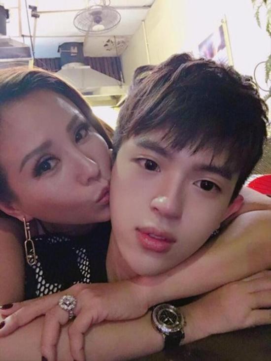Hoa hậu Thu Hoài và con trai.