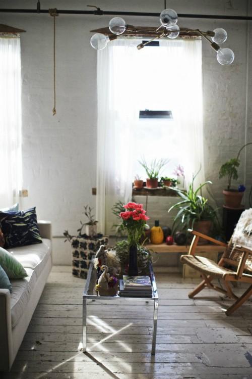 Shabd chọn đồ nội thất đơn giản, mang phong cách hiện đại với các tiêu chí: màu trắng, bằng gỗ, đơn sắc và thủy tinh.