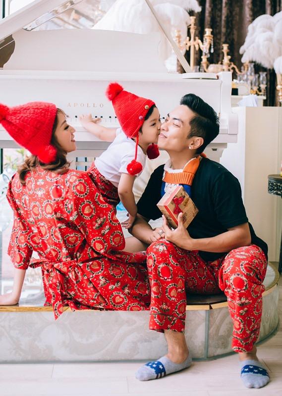 Nhân dịp Giáng sinh 2017, vợ chồng Khánh Thi - Phan Hiển và con trai Kubi quây quần bên nhau để trang trí nhà. Cả gia đình mặc đồng phục đơn giản, thuận tiện để cùng làm việc. Hình ảnh hạnh phúc của gia đình hai kiện tướng dancesport khiến nhiều người ngưỡng mộ.