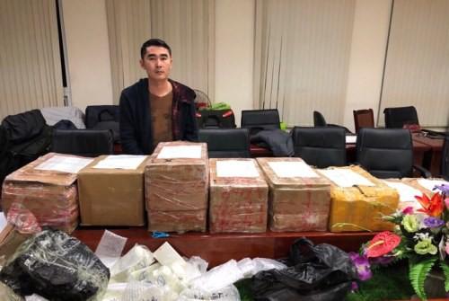 Hơn 600 chiếc điện thoại đựng trong tám thùng bìa carton bị thu trong một xe bán tải. Ảnh: Cảnh sát cung cấp