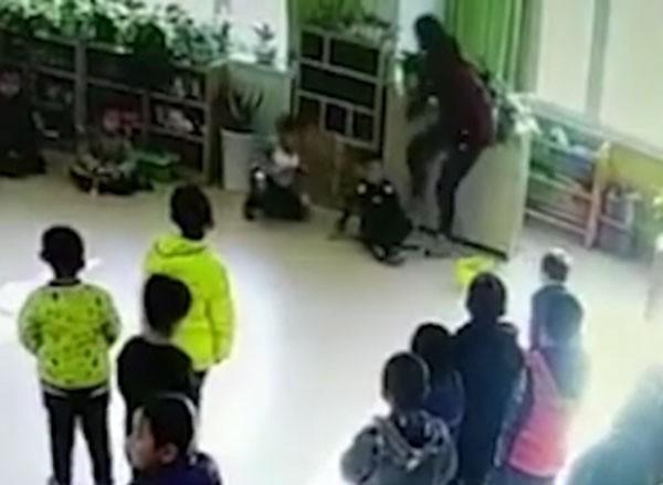 Bốn em học sinh bị đá mạnh vào người.