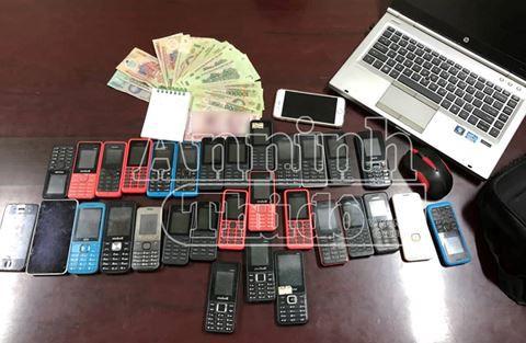 Hơn 30 chiếc điện thoại cùng máy tính xách tay là công cụ để Mai tổ chức bán dâm công nghệ cao