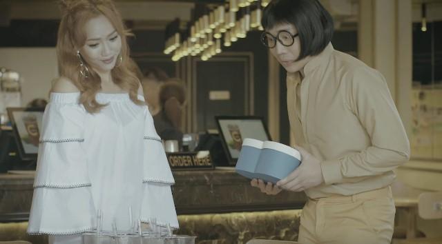 Hộp quà chứa mỹ phẩm được Trấn Thành quảng cáo trong phim hài.