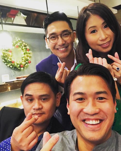 Vợ chồng Stephanie bên em trai Phillip Nguyễn và một người bạn.