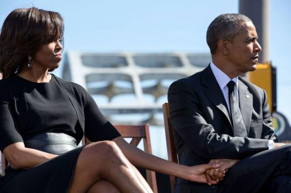 Họ thường xuyên nắm tay nhau không rời.