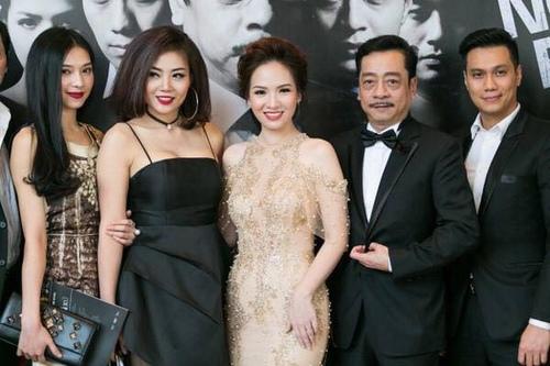 Thanh Hương (thứ 2 từ trái qua) cùng dàn diễn viên Người phán xử (Lưu Đê Ly, Đan Lê, NSND Hoàng Dũng, Việt Anh,...).