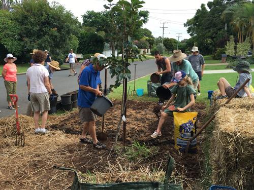 Tuy nhiên, nhiều cư dân trong vùng vẫn rất hào hứng với việc canh tác của mình và liên tục mở rộng diện tích vườn cây.