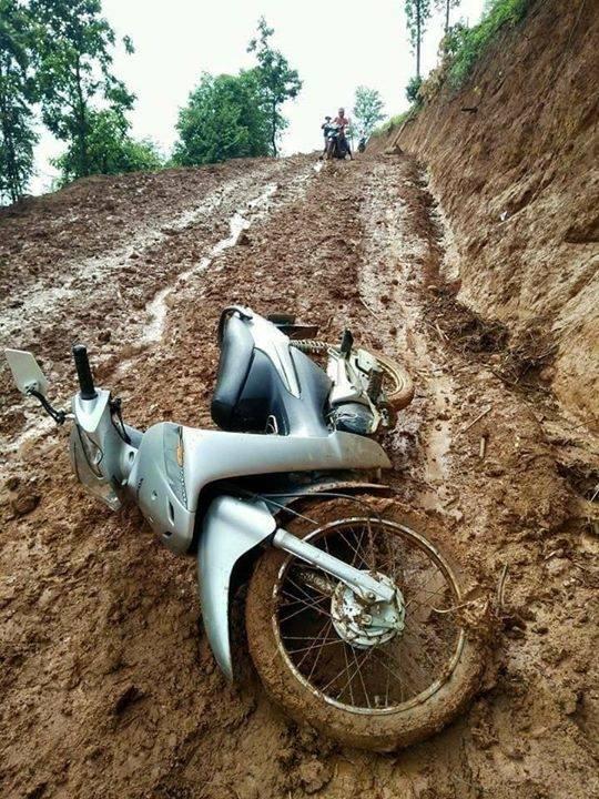 Chiếc xe máy dính đầy bùn đất. Ảnh: Facebook N.B.T