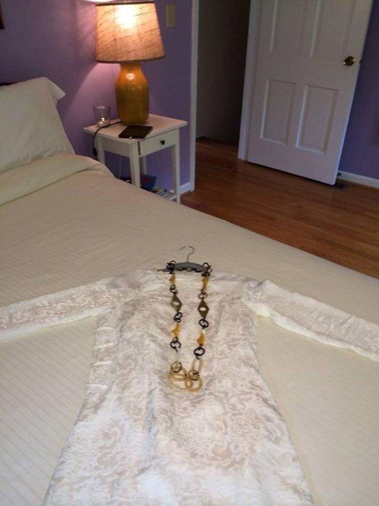 Trong khi đó, phòng ngủ của hoa hậu Ngọc Khánh với vật dụng toàn trắng, tường sơn tím mộng mơ.Trong khi đó, phòng ngủ của hoa hậu Ngọc Khánh với vật dụng toàn trắng, tường sơn tím mộng mơ.