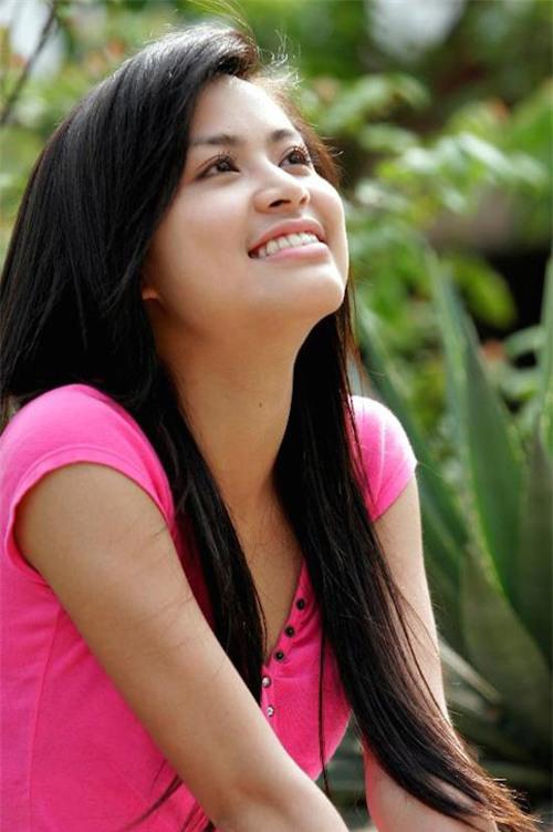 Hoàng Thùy Linh là người tình màn ảnh đầu tiên của Hồng Đăng. Năm 2007, Hoàng Thùy Linh vào vai Vàng Anh, có tình cảm trong sáng với Huy - chàng sinh viên do Hồng Đăng thủ vai trong series truyền hình Nhật ký Vàng Anh.