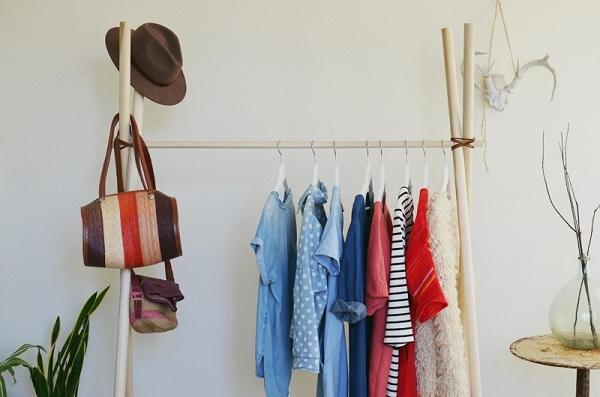 11. Giá treo đồ bên ngoài là một cách giảm bớt áp lực cho chiếc tủ quần áo của bạn. Vì giá này kê ở bên ngoài nên bạn chú ý chỉ treo những loại quần áo đồng nhất ở giá này, tránh treo quá nhiều đồ hoặc quá nhiều loại khác nhau khiến giá treo mất thẩm mỹ.