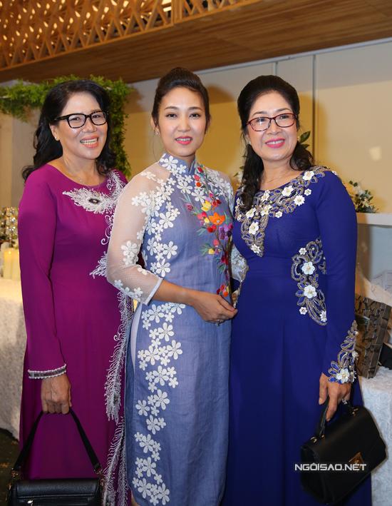 Ca sĩ Thanh Thuý chụp ảnh kỷ niệm cùng mẹ Lê Phương
