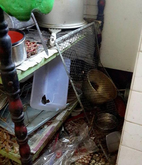 Nhà bếp của hai cô gái này lộn xộn, bừa bộn đến mức nhìn vào chẳng khác nào bị dội bom.