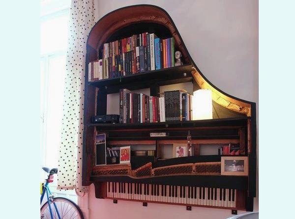 Nếu bạn không có thang, mà có cả một cây đàn piano cũ? Không sao, chúng ta cũng có thể tạo ra một giá sách cực ngầu!