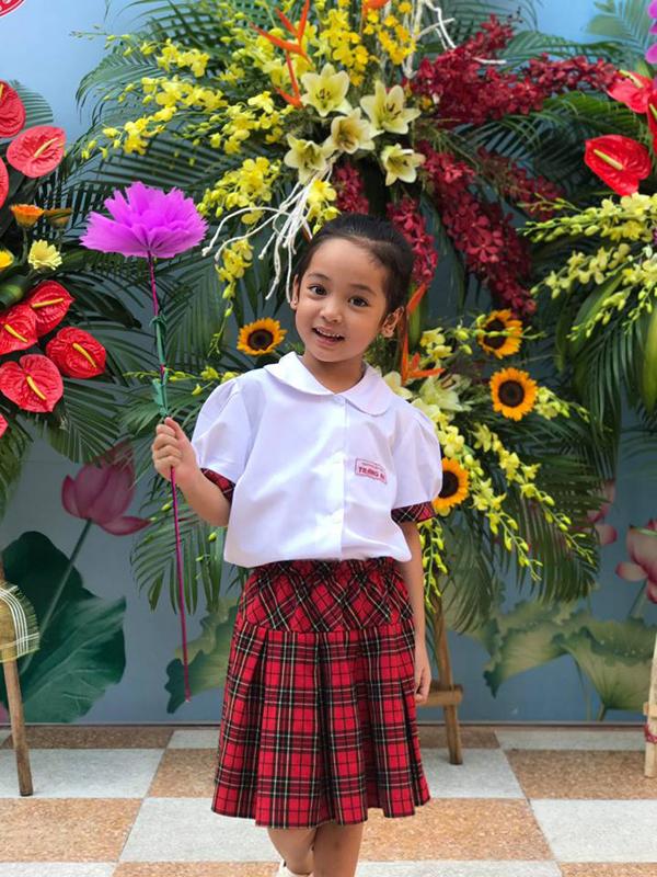 Diệp Anh trong lễ khai giảng hôm 5/9 vừa qua. Cô bé năm nay 6 tuổi và vừa vào lớp 1.