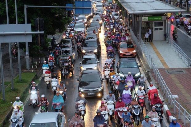 Làn đường dành riêng cho BRT cũng đã bị chiếm dụng.