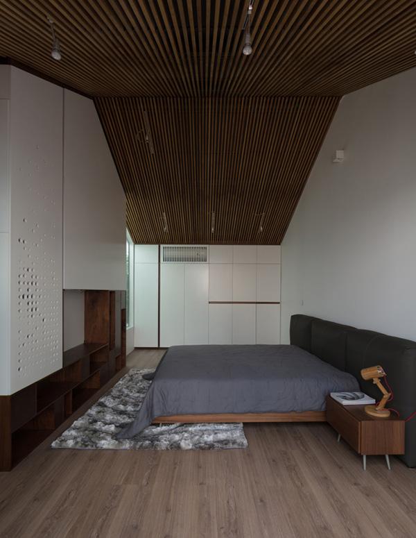 Phần trần nhà được ốp thêm các tấm gỗ ép vừa tạo thẩm mỹ vừa giúp không gian cao, thoáng hơn, đồng thời giảm tải nhiệt cho không gian bên dưới vào những ngày nắng nóng.