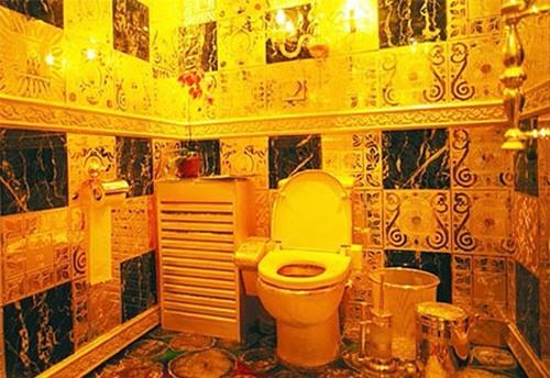 Cận cảnh nhà vệ sinh vàng ròng nổi tiếng của khách sạn