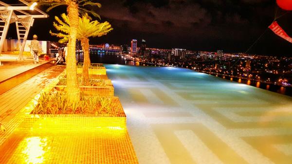 Không gian xa hoa và thơ mộng với view tuyệt đẹp từ bể bơi vô cực của khách sạn.