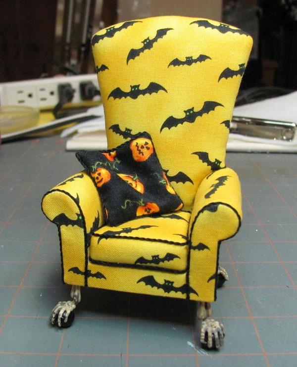 Một chiếc ghế vàng in hình dơi trông hơi... hiền lành mùa Halloween nhưng lại cực kì nổi bật.