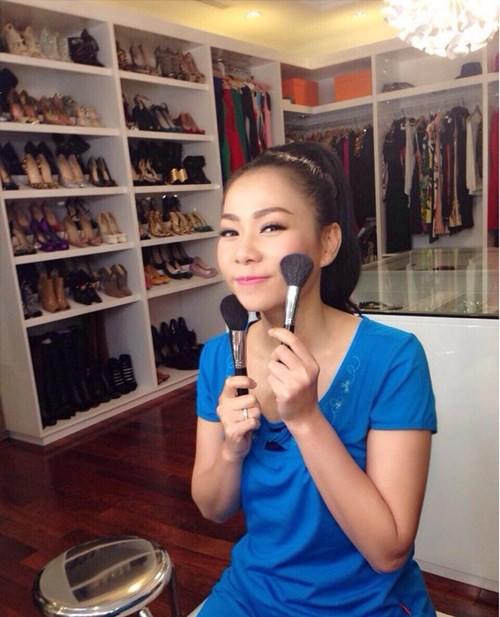 Thu Minh với bộ sưu tập giày.