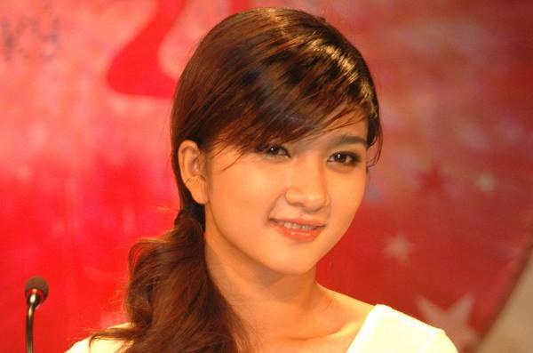 Năm 2006 là một cột mốc đáng nhớ của Kim Tuyến khi cô đạt giải Nhì chương trình Phụ nữ thế kỷ 21. Khi đó cô mới 19 tuổi, gương mặt tròn trịa, bầu bĩnh, hiền lành.