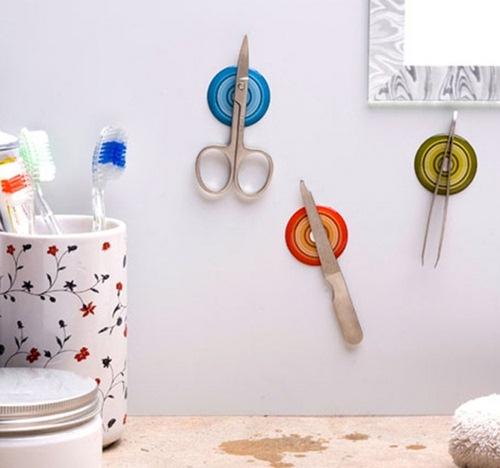 Đặt những cục nam châm trên tường bếp để các vật dụng lặt vặt trông gọn gàng hơn.