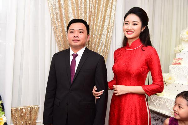Trong khi ông xã hồi hộp ra mắt nhà gái thì Hoa hậu lại cười không ngớt vì hạnh phúc.