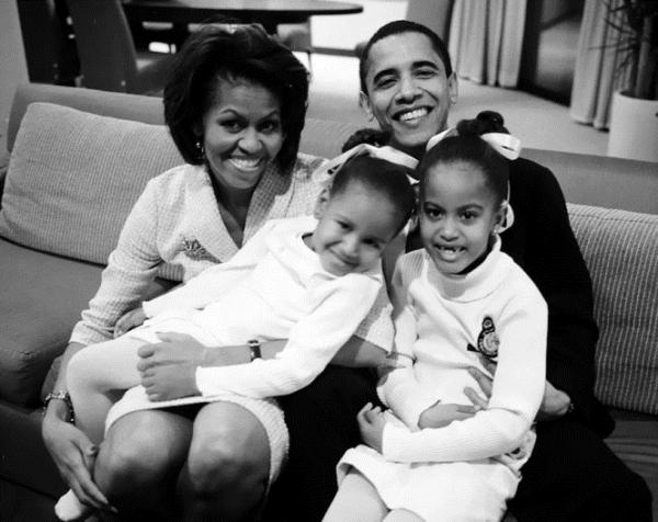 Bức ảnh cũ chụp cả 4 thành viên của gia đình Obama năm 2004 được bà Michelle chia sẻ lên mạng sau khi tổng thống Barack Obama phát biểu từ biệt trước khi rời Nhà Trắng.