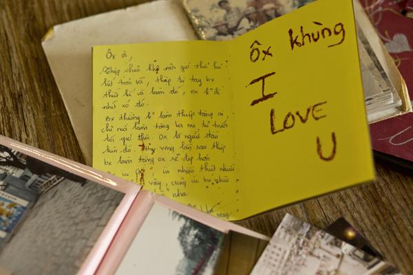 Những khung ảnh kỷ niệm từ lúc yêu nhau đến khi kết hôn đều được vợ chồng Phạm Anh giữ gìn và trân trọng. Bà xã Thùy Trang còn có thói quen hay gửi những lời nhắn hoặc viết thiệp tặng cho chồng.