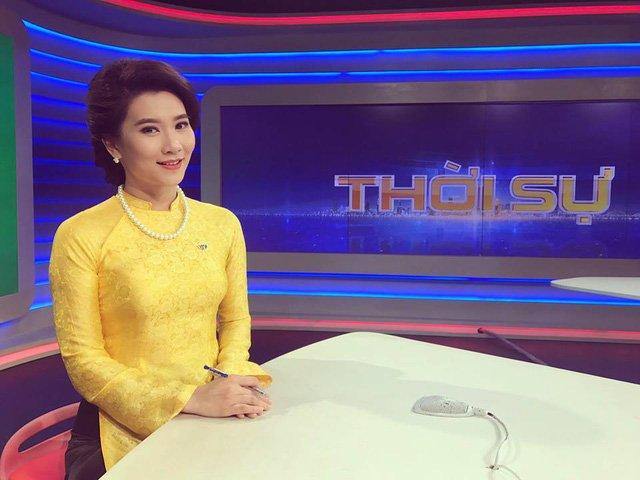 BTV Khánh Trang thường tranh thủ ghi lại khoảnh khắc trước giờ lên sóng mỗi khi diện chiếc áo dài yêu thích.