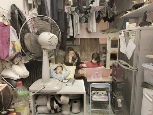 Căn nhà rộng 11m2 chật kín đồ đạc của chị Li cùng hai con nhỏ. Quần áo treo khắp phòng, tủ lạnh, máy giặt, bàn ghế, giường,... cũng đã chiếm gàn hết chỗ sinh hoạt.