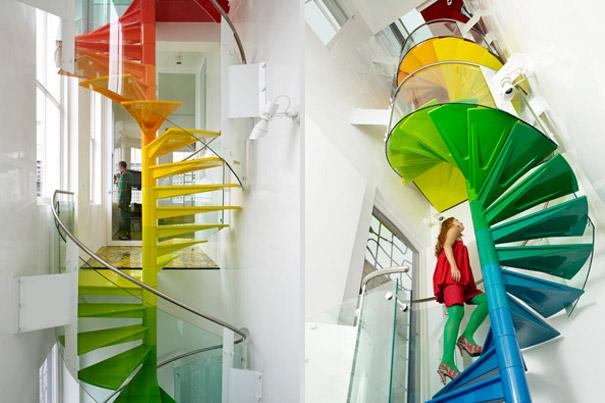 Chiếc cầu thang tuyệt đẹp này sẽ khiến bạn như đang được đi trên cầu vồng bảy sắc thực sự vậy!