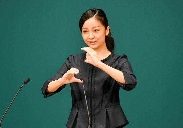 Công chúa Kako sử dụng ngôn ngữ ký hiệu trước các khán giả trong lễ khai mạc cuộc thi sử dụng ngôn ngữ ký hiệu dành cho học sinh trung học tại Hội trường Yonago, thành phố Yonagon, Tottori, Nhật Bản, ngày 22/9/2015. Ảnh: Asahi Shimbun.
